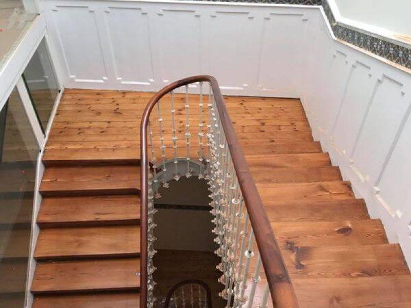 Acuhillado y barnizado de escalera de pino tea acabado satinado – Miguel Rodriguez